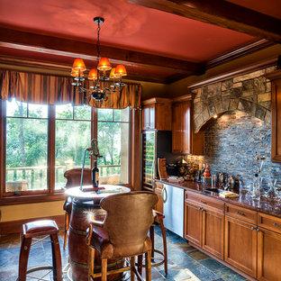 Foto di un bancone bar chic con ante in stile shaker, ante in legno scuro, paraspruzzi multicolore, pavimento multicolore, top marrone e pavimento in ardesia