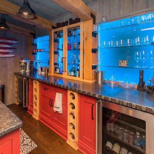 Ispirazione per un angolo bar tradizionale con ante in stile shaker, ante rosse, paraspruzzi blu, paraspruzzi con lastra di vetro e pavimento in legno massello medio