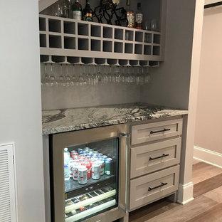 ローリーの小さいおしゃれなホームバー (I型、シェーカースタイル扉のキャビネット、グレーのキャビネット、御影石カウンター、グレーのキッチンパネル、淡色無垢フローリング、グレーの床) の写真