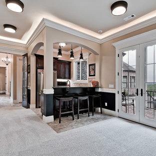 他の地域の中くらいのトラディショナルスタイルのおしゃれな着席型バー (ll型、アンダーカウンターシンク、レイズドパネル扉のキャビネット、濃色木目調キャビネット、御影石カウンター、ベージュキッチンパネル、トラバーチンのキッチンパネル、セラミックタイルの床、マルチカラーの床、黒いキッチンカウンター) の写真