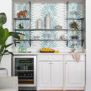 Foto di un angolo bar con lavandino chic con lavello sottopiano, ante con bugna sagomata, ante bianche, paraspruzzi multicolore, pavimento in legno massello medio e top bianco