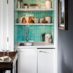 シアトルの小さいコンテンポラリースタイルのおしゃれなバーカート (アンダーカウンターシンク、フラットパネル扉のキャビネット、白いキャビネット、人工大理石カウンター、青いキッチンパネル、セラミックタイルのキッチンパネル、コルクフローリング、茶色い床、白いキッチンカウンター) の写真