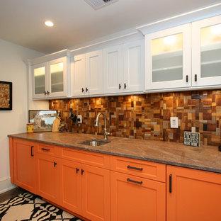 他の地域のコンテンポラリースタイルのおしゃれなウェット バー (I型、アンダーカウンターシンク、シェーカースタイル扉のキャビネット、オレンジのキャビネット、マルチカラーのキッチンパネル、木材のキッチンパネル、濃色無垢フローリング) の写真
