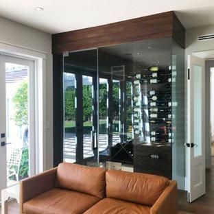 マイアミの広いモダンスタイルのおしゃれな着席型バー (ll型、ドロップインシンク、フラットパネル扉のキャビネット、中間色木目調キャビネット、クオーツストーンカウンター、茶色いキッチンパネル、塗装板のキッチンパネル、無垢フローリング、茶色い床、白いキッチンカウンター) の写真