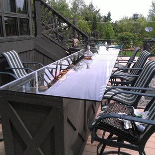 Idee per un bancone bar classico con top in vetro, parquet chiaro e pavimento beige