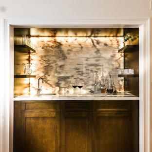 マイアミの中くらいのコンテンポラリースタイルのおしゃれなウェット バー (ll型、シェーカースタイル扉のキャビネット、中間色木目調キャビネット、大理石カウンター、グレーのキッチンパネル、石スラブのキッチンパネル、テラコッタタイルの床) の写真
