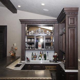 Ispirazione per un piccolo bancone bar chic con lavello sottopiano, ante con riquadro incassato, ante in legno bruno, top in zinco, paraspruzzi bianco e paraspruzzi in marmo
