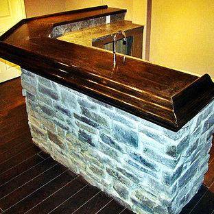 Idee per un angolo bar con lavandino stile rurale di medie dimensioni con lavello sottopiano, top piastrellato e parquet scuro