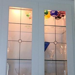 Cette photo montre un petit bar de salon avec évier linéaire chic avec un placard à porte shaker et des portes de placard blanches.