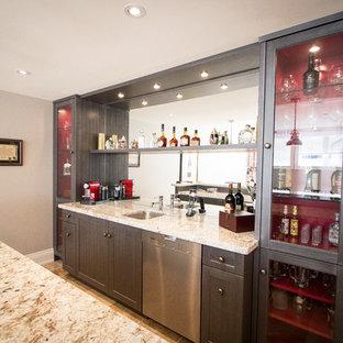 Immagine di un angolo bar con lavandino american style con lavello sottopiano, ante in stile shaker, ante marroni, top in granito, paraspruzzi a specchio e pavimento in travertino