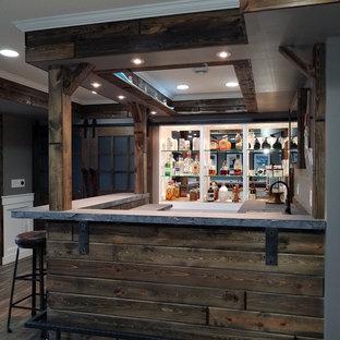 Ispirazione per un grande bancone bar design con ante di vetro, top in cemento e parquet scuro
