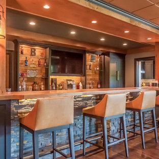 Foto di un grande armadio bar american style con ante in stile shaker e ante in legno bruno