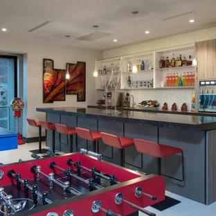 Immagine di un grande bancone bar contemporaneo con lavello sottopiano, top in superficie solida, paraspruzzi bianco, top nero, ante lisce, ante grigie e pavimento grigio