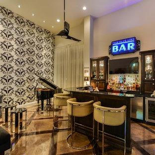オースティンのエクレクティックスタイルのおしゃれな着席型バー (コの字型、落し込みパネル扉のキャビネット、濃色木目調キャビネット、御影石カウンター、コンクリートの床) の写真