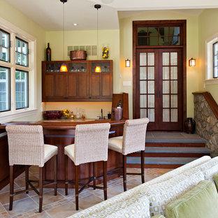 Réalisation d'un bar de salon tradition en U de taille moyenne avec des tabourets, un évier encastré, un placard à porte shaker, des portes de placard en bois sombre, un plan de travail en bois, un sol en carrelage de céramique et un sol beige.