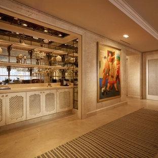 マイアミの中サイズのトランジショナルスタイルのおしゃれなウェットバー (家具調キャビネット、ベージュのキャビネット、ライムストーンカウンター、ミラータイルのキッチンパネル、リノリウムの床、ベージュの床) の写真