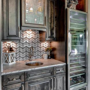 デンバーの小さいコンテンポラリースタイルのおしゃれなウェット バー (I型、アンダーカウンターシンク、ルーバー扉のキャビネット、濃色木目調キャビネット、クオーツストーンカウンター、白いキッチンパネル、ガラスタイルのキッチンパネル、無垢フローリング、茶色い床、白いキッチンカウンター) の写真