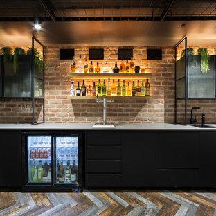 Foto di un armadio bar design di medie dimensioni con lavello sottopiano, ante lisce, ante nere, top in quarzo composito, paraspruzzi in mattoni, pavimento in vinile, pavimento multicolore, top grigio e paraspruzzi rosso