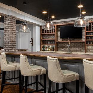Ispirazione per un bancone bar chic con nessun'anta, ante in legno bruno, paraspruzzi in mattoni, pavimento in legno massello medio e top beige