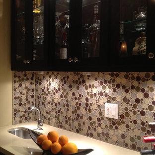 ロサンゼルスの小さいトラディショナルスタイルのおしゃれなウェット バー (I型、シェーカースタイル扉のキャビネット、濃色木目調キャビネット、人工大理石カウンター、マルチカラーのキッチンパネル、竹フローリング、ベージュの床、アンダーカウンターシンク、モザイクタイルのキッチンパネル) の写真