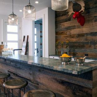 Foto di un bancone bar stile rurale con paraspruzzi in legno