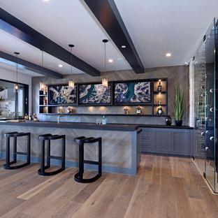 Imagen de bar en casa con fregadero de galera, contemporáneo, con armarios estilo shaker, puertas de armario grises, salpicadero verde, salpicadero de madera, suelo de madera en tonos medios, suelo marrón y encimeras negras