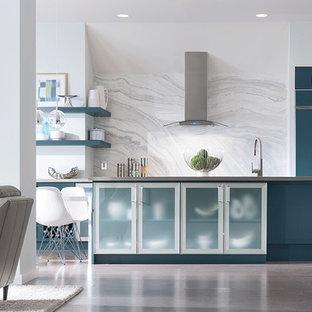 Ispirazione per un ampio angolo bar moderno con pavimento in legno massello medio, lavello sottopiano, ante lisce, ante blu, top in acciaio inossidabile, paraspruzzi bianco, paraspruzzi in marmo, pavimento marrone e top grigio