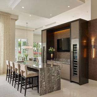 マイアミのコンテンポラリースタイルのおしゃれなホームバー (フラットパネル扉のキャビネット、茶色いキャビネット、茶色いキッチンパネル、ベージュの床、マルチカラーのキッチンカウンター) の写真