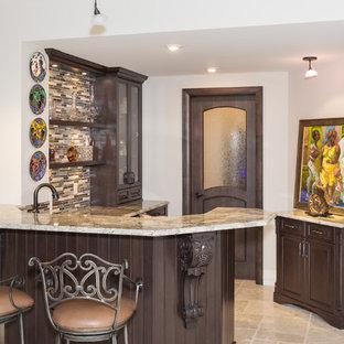 カルガリーの大きいトラディショナルスタイルのおしゃれな着席型バー (コの字型、レイズドパネル扉のキャビネット、濃色木目調キャビネット、御影石カウンター、マルチカラーのキッチンパネル、ボーダータイルのキッチンパネル、トラバーチンの床) の写真