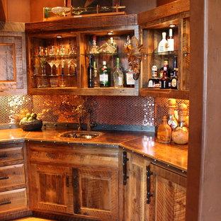 Foto di un angolo bar con lavandino di medie dimensioni con lavello sottopiano, ante con bugna sagomata, ante con finitura invecchiata, top in cemento, paraspruzzi multicolore, paraspruzzi con piastrelle di metallo e parquet scuro