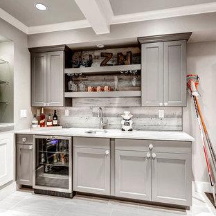 Foto di un piccolo angolo bar con lavandino minimalista con lavello sottopiano, ante grigie, top in quarzite, paraspruzzi grigio, paraspruzzi in legno, pavimento con piastrelle in ceramica e ante in stile shaker