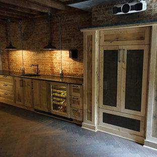 Immagine di un angolo bar con lavandino boho chic di medie dimensioni con lavello sottopiano, ante in stile shaker, ante in legno chiaro, top in marmo, paraspruzzi marrone, paraspruzzi con piastrelle in pietra e pavimento in compensato