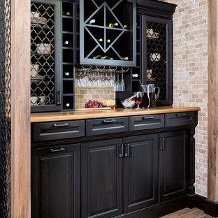 Immagine di un piccolo angolo bar con lavandino classico con ante con bugna sagomata, ante nere, top in legno, paraspruzzi marrone, paraspruzzi in mattoni, pavimento in vinile, pavimento marrone e top marrone