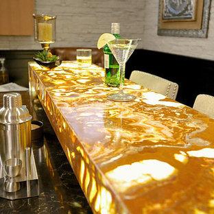 Immagine di un angolo bar moderno con top in onice