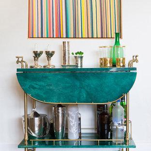 Foto de bar en casa con carrito de bar clásico renovado, pequeño, con suelo de madera oscura, puertas de armario verdes, encimera de cuarzo compacto y encimeras turquesas