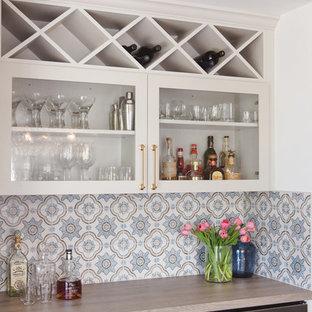 サンディエゴの中くらいのコンテンポラリースタイルのおしゃれなホームバー (ll型、ガラス扉のキャビネット、白いキャビネット、木材カウンター、マルチカラーのキッチンパネル、セラミックタイルのキッチンパネル) の写真