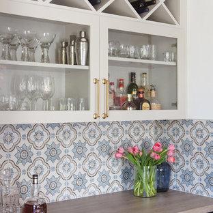 Ispirazione per un angolo bar classico di medie dimensioni con ante di vetro, ante bianche, top in legno, paraspruzzi multicolore e paraspruzzi con piastrelle in ceramica