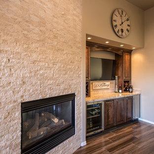 Idéer för en liten modern linjär hemmabar med vask, med luckor med upphöjd panel, skåp i mellenmörkt trä, granitbänkskiva och klinkergolv i keramik