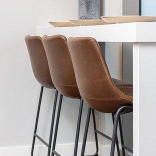 Ispirazione per un piccolo bancone bar moderno con mensole sospese, ante bianche, top in legno e top bianco