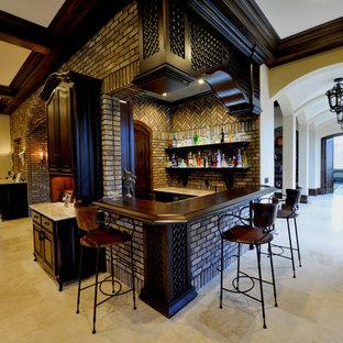 Ispirazione per un bancone bar mediterraneo di medie dimensioni con top in legno, paraspruzzi marrone, paraspruzzi in mattoni, pavimento in travertino e top marrone