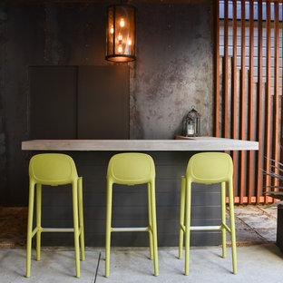 Idee per un bancone bar industriale di medie dimensioni con top in cemento e pavimento in cemento