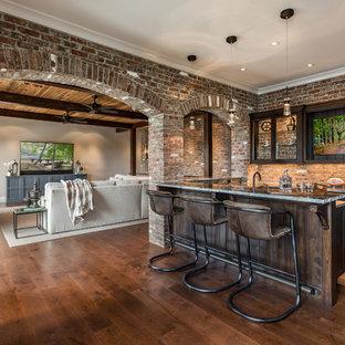他の地域のトランジショナルスタイルのおしゃれな着席型バー (濃色木目調キャビネット、珪岩カウンター、レンガのキッチンパネル、落し込みパネル扉のキャビネット、赤いキッチンパネル、濃色無垢フローリング、茶色い床、グレーのキッチンカウンター) の写真