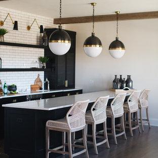 Immagine di un angolo bar con lavandino country con lavello sottopiano, ante in stile shaker, ante nere, paraspruzzi bianco, paraspruzzi con piastrelle diamantate, pavimento in legno massello medio e pavimento marrone