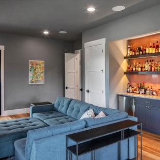 オースティンの広いカントリー風おしゃれなバーカート (シンクなし、シェーカースタイル扉のキャビネット、グレーのキャビネット、大理石カウンター、ピンクのキッチンパネル、セラミックタイルのキッチンパネル、無垢フローリング、茶色い床、グレーのキッチンカウンター) の写真