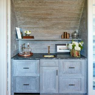 Foto di un piccolo angolo bar con lavandino costiero con lavello sottopiano, ante in stile shaker, ante con finitura invecchiata, paraspruzzi in legno, top multicolore e pavimento in legno massello medio