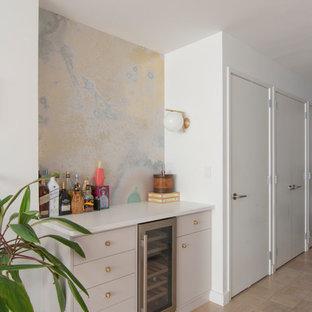 ニューヨークの小さいモダンスタイルのおしゃれなホームバー (I型、フラットパネル扉のキャビネット、グレーのキャビネット、クオーツストーンカウンター、マルチカラーのキッチンパネル、淡色無垢フローリング、ベージュの床) の写真