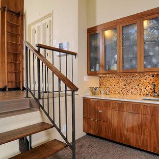 Immagine di un angolo bar con lavandino design di medie dimensioni con lavello sottopiano, ante lisce, ante in legno scuro, paraspruzzi multicolore, paraspruzzi con piastrelle a mosaico e moquette