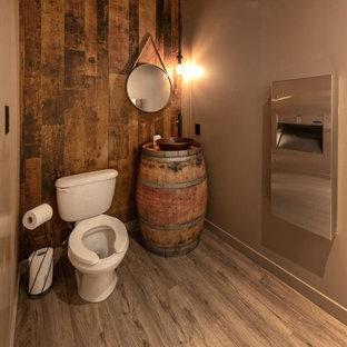Idee per un grande angolo bar con lavandino rustico con lavello da incasso, nessun'anta, ante con finitura invecchiata, top in legno, paraspruzzi marrone, paraspruzzi in mattoni, pavimento in vinile, pavimento marrone e top marrone