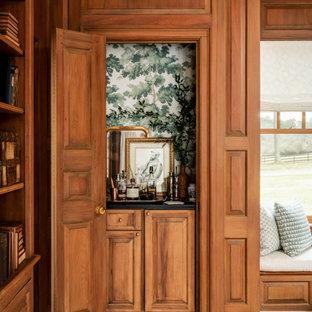 オースティンの小さいシャビーシック調のおしゃれなウェット バー (シンクなし、レイズドパネル扉のキャビネット、中間色木目調キャビネット、ソープストーンカウンター、緑のキッチンパネル、淡色無垢フローリング、ベージュの床、黒いキッチンカウンター) の写真