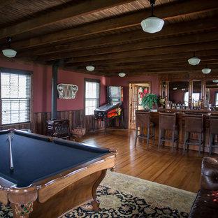 Ispirazione per un bancone bar country di medie dimensioni con top in legno, paraspruzzi a specchio, parquet chiaro, pavimento marrone, ante con bugna sagomata e ante in legno scuro